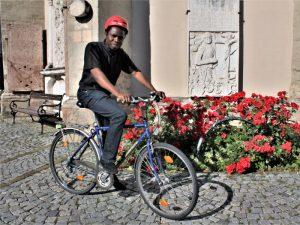 Kaplan Bartholomäus am Fahrrad © Erich Seher